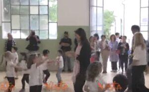 YOUTUBE Virginia Raggi balla con i bambini l'Inno russo versione rock