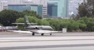 YOUTUBE Harrison Ford pilota non riesce a far decollare l'aereo