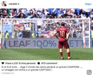 Mario Balotelli saluta Francesco Totti con foto del derby perso