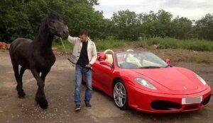 Londra, va in tribunale in Ferrari. Ma la polizia gliela sequestra e demolisce