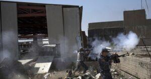 """Isis, attacco Usa u****e 105 civili a Mosul. L'accusa: """"Strage per distruggere un camion bomba"""""""