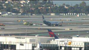 YOUTUBE Aereo urta camioncino di servizio in pista: 8 feriti a Los Angeles