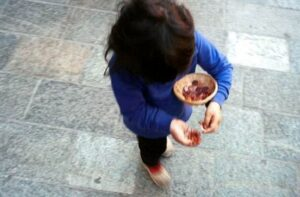 Cultura rom non basta a giustificare l'accattonaggio con minori: sentenza a Torino