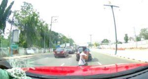 YOUTUBE Attraversa la strada parlando al cellulare, un'auto la u****e