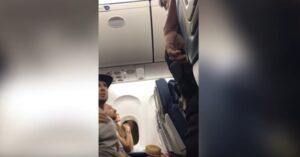 """Padre minacciato in aereo: """"O tuo figlio libera il posto o finisci in galera"""""""