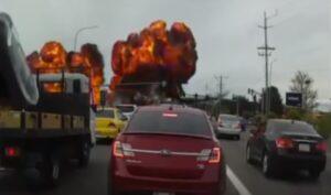 YOUTUBE Aereo si schianta in strada tra le auto a Mukilteo