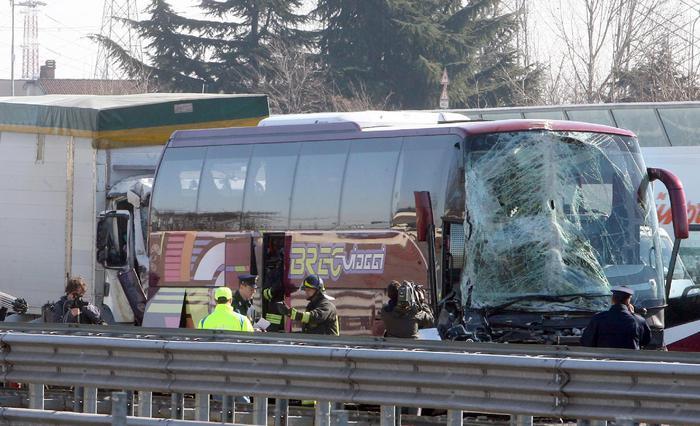 Milano: incidente mentre vanno al funerale dell'amica, 22 ragazzi feriti