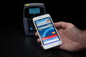 Apple Pay arriva in Italia, senza contanti né carta di credito: la spesa si farà con lo smartphone