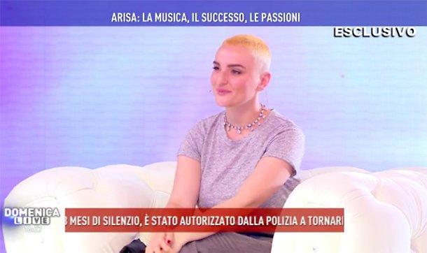 Arisa bionda con i capelli corti: nuovo look a Domenica Live