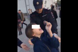 Recita Shakespeare in strada: bambino di 10 anni arrestato a Mosca VIDEO