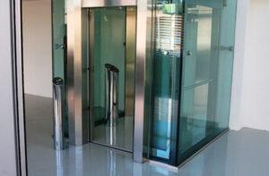 Madrid: cede il pavimento di cristallo di un ascensore, muoiono due 17enni