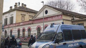 Torino, blitz nell'asilo occupato dagli anarchici: arresti e perquisizioni