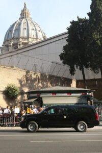 Donald Trump, l'impressionante corteo presidenziale per le strade di Roma