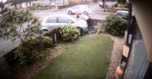 Mamma accompagna a scuola i tre figli: due auto si scontrano