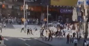 Times square, il momento in cui l'auto falcia la folla