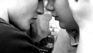 """Pescara, saluta il fidanzato con bacio gay: inseguito e insultato. Ma """"non è reato""""?"""