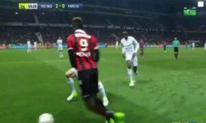 Balotelli danza sul pallone e perde tempo, Matuidi lo stende