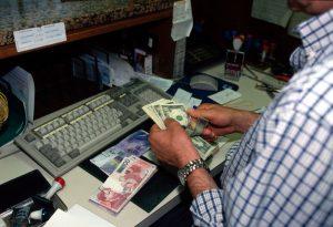 Investimenti, i soldi li levano dall'Italia: 100 miliardi in meno. Effetto referendum
