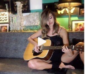 Belen Rodriguez suona la chitarra su Instagram: VIDEO diventa virale, ma non tutti apprezzano