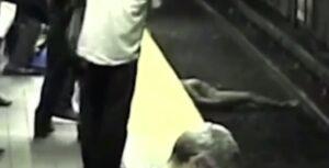 YOUTUBE Ragazza cade sui binari della metro: salvata prima dell'arrivo del treno
