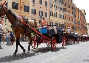 Stop botticelle a Roma, quelle elettriche sostituiranno i cavalli. Lobby sconfitta? Raggi gioca facile...