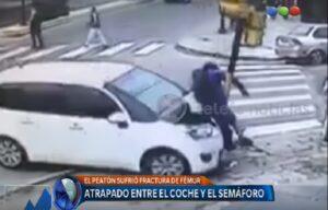 YOUTUBE Buenos Aires: auto contro semaforo travolge un ragazzo