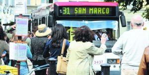 Bus in ritardo più di mezz'ora? Sarai rimborsato: passa l'emendamento Pd alla manovra
