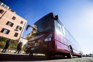 Roma, autista Atac aggredito da baby gang: bus distrutto