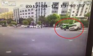 Scooter non si ferma all'incrocio e viene travolto da un camion betoniera