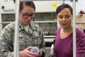 Un nuovo materiale per fermare i proiettili: l'invenzione della cadetta americana