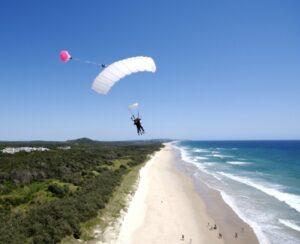 Lignano Sabbiatoro, promessa di matrimonio in paracadute. Il testimone si schianta