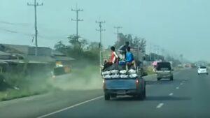 YOUTUBE Camion sbanda: pick up finisce nel fosso