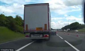 Camion lituano ha volante a sinistra: in viaggio su autostrada inglese travolge auto che sta sorpassando
