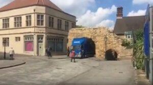 Camion resta bloccato nell'arco romano del 200 d.C.