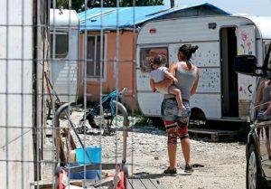 """Virginia Raggi annuncia: """"Chiudiamo i campi rom La Barbuta e Monachina"""""""