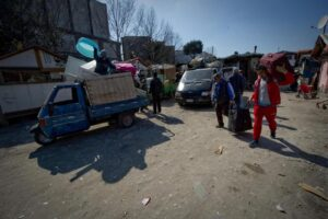 Rimini, comune chiude campo rom e dà case ai nomadi. Salvini protesta