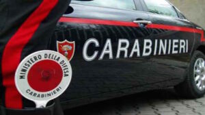 Sant'Antonio Abate, picchia la fidanzata, poi fugge sui tetti e tira sassi ai carabinieri
