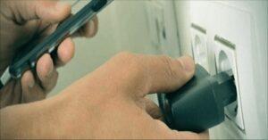 Smartphone, lasci il caricatore attaccato alla presa? Ecco perché è meglio non farlo