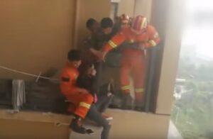 Cina, minaccia di gettarsi nel vuoto: i pompieri la salvano così