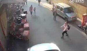 YOUTUBE Bimbo precipita dal balcone, ragazza prova a prenderlo al volo