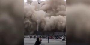 Palazzo demolito senza preavviso: passanti fuggono in preda al panico
