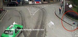 Cina, bimbo gioca sul marciapiede e viene investito da auto