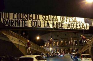 VIDEO Tifosi Lazio con manichini impiccati giocatori Roma e striscione di minacce al Colosseo