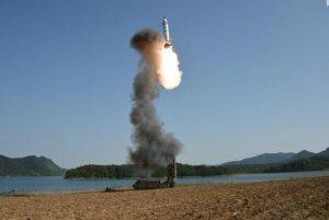 Corea del Nord: nuovo missile verso il mar del Giappone, atterra dopo 450 km