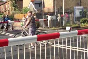 Ciclista prova a passare col passaggio a livello chiuso, il treno...