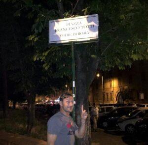 """""""Piazza Francesco Totti"""", il capitano della Roma si scatta una foto"""