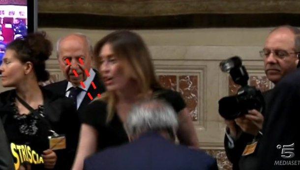 Maria Elena Boschi, Lamberto Dini beccato da Striscia mentre la guarda proprio lì... FOTO