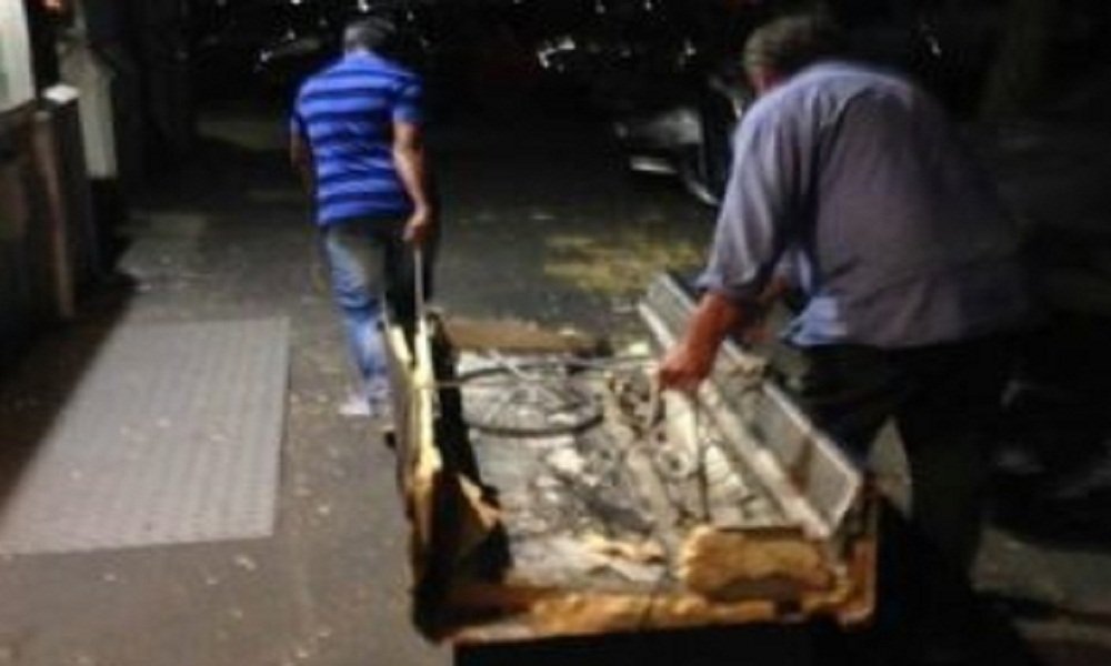 Roma: abbandonano divano per strada, fotografati e costretti a riprenderselo FOTO