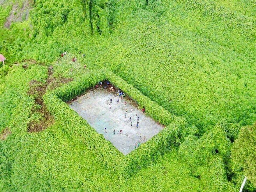 In mezzo alla foresta a 80 km dalla città: FOTO drone del campetto calcio