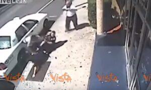 YOUTUBE Due poliziotte rischiano di farsi rubare l'arma da un sospetto, ma i passanti le aiutano